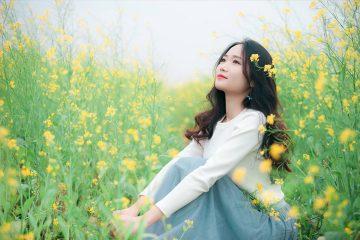 Giữa vườn hoa xinh