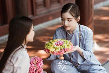 Hoa rơi cửa Phật, vạn vật cúi đầu